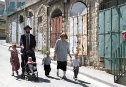 The ultraorthodox Jews Familly in is Jerusalem Mea Shearim Quarter.